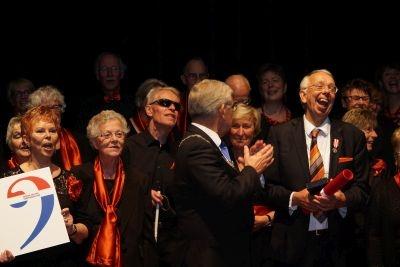 Burgemeester van Zanen reikt penning uit aan Paul Krijnen